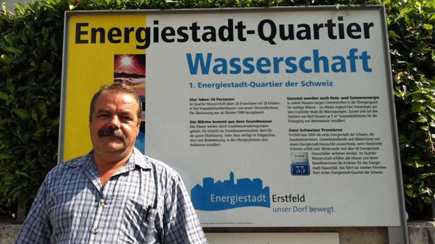 Der Erstfelder Gemeindepräsident Werner Zgraggen vor dem Energiestadt-Quartier.