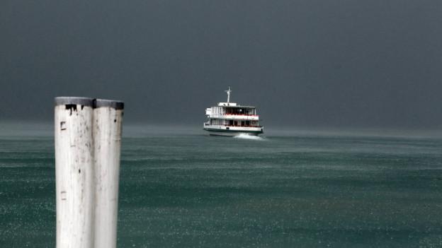 Das Kursschiff Flüelen in einem Gewitter über dem Vierwaldstättersee.