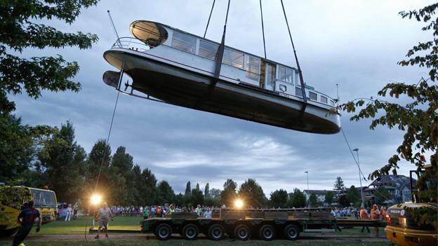 Die MS Schwan wurde mit einem 170 Tonnen-Kran geborgen