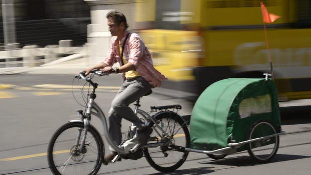 E-Bike-Fahrer ohne Helm sind besonders gefährdet für schwere Verletzungen.