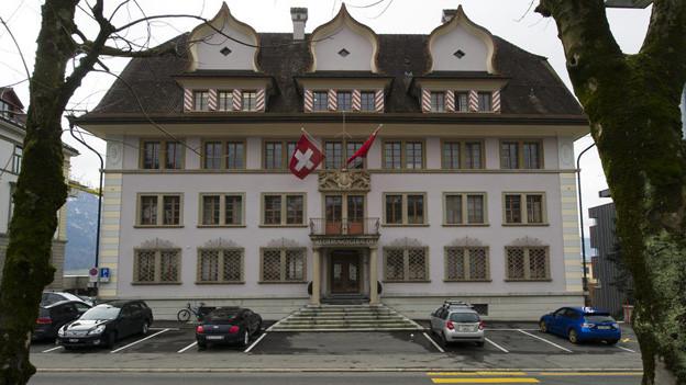 Der Kanton Schwyz muss sparen und die Steuern erhöhen.