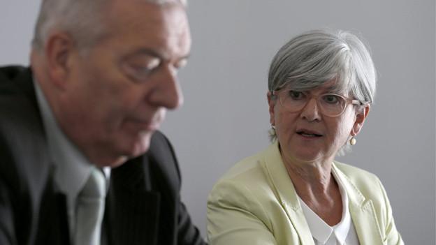 Sicherheitsdirektorin Schärli und Gutachter Sollberger bei der Präsentation des 1. Untersuchungsberichts.