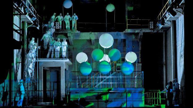 Die Inszenierung in der alten Zementfabrik.