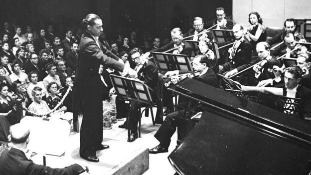 Herbert von Karajan dirigiert das Schweizer Festival Orchester 1949.