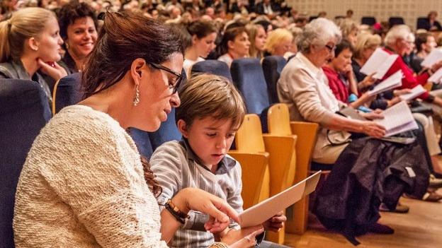 Im Konzertsaal machten rund 1400 Personen beim Mitsingen mit.