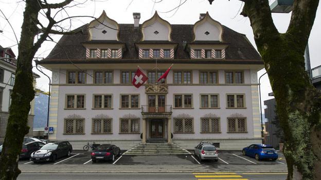 Das Schwyzer Regierungsgebäude - Schwyz besteuert am schnellsten.