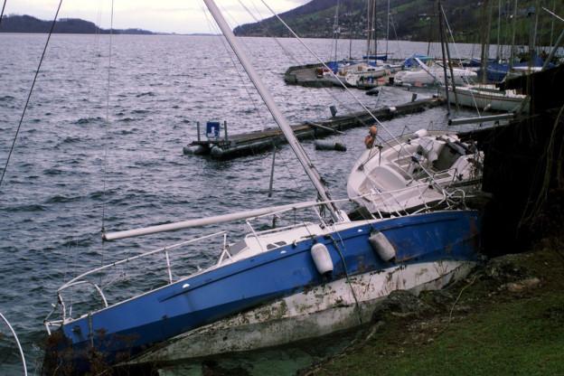 Der Sturm Lothar richtete viel Schaden an - hier an Schiffen in Arth.