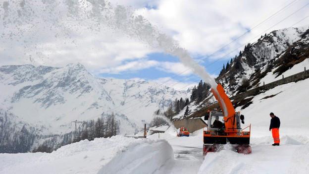 Schneeräumungsarbeiten auf der Gotthardpassstrasse im Frühling 2013.