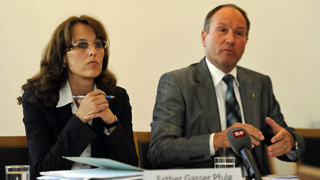 Juni 2012: Die Regierungsräte Esther Gasser Pfulg (links) und Niklaus Bleiker stellen den Untersuchungsbericht vor.