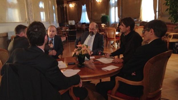 Gesprächsrunde in der Wandelhalle des Bundeshauses.