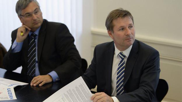 Finanzdirektor Schwerzmann (re) und Regierungsrat Graf bei der Vorstellung des Budgets 2014.