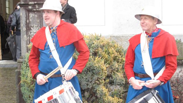 Tambouren trommeln in historischen Uniformen vor der Gersauer Pfarrkirch