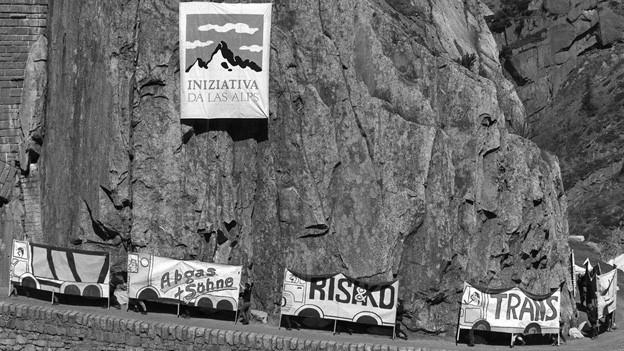 Aktion der Alpen-Initiative 1989 in der Schöllenenschlucht.
