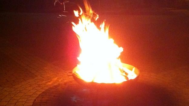 Das Feuer vor der Pfarrkirche soll in der Trauer auch wärmen.