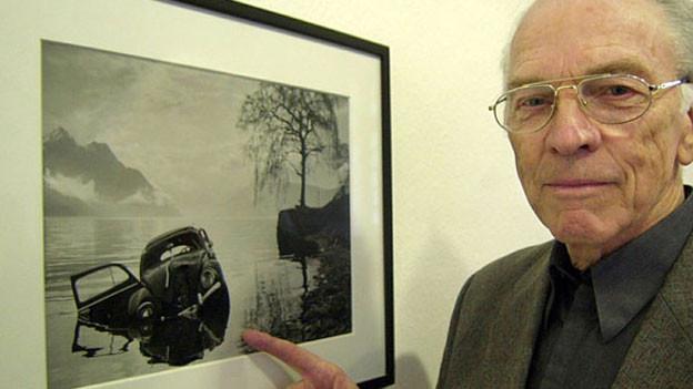 Arnold Odermatt mit einem seiner Unfallbilder.