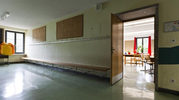 Die Schwyzer Kantonspolizei rät zu mehr Kontrollen, ob in den Schulhäusern Türen und Fenster geschlossen sind.