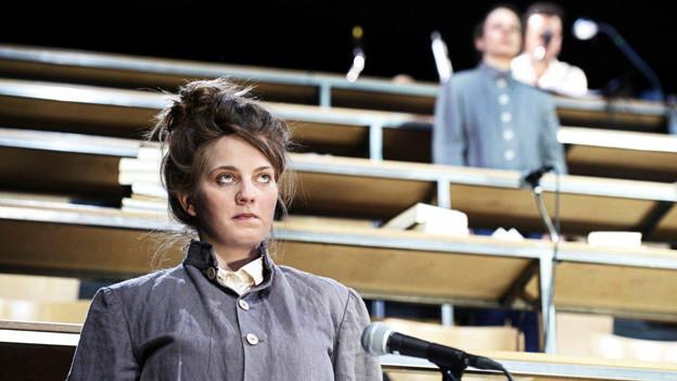 Johanna, die Jungfrau von Orléans spielt in einem nachgebauten Hörsaal.
