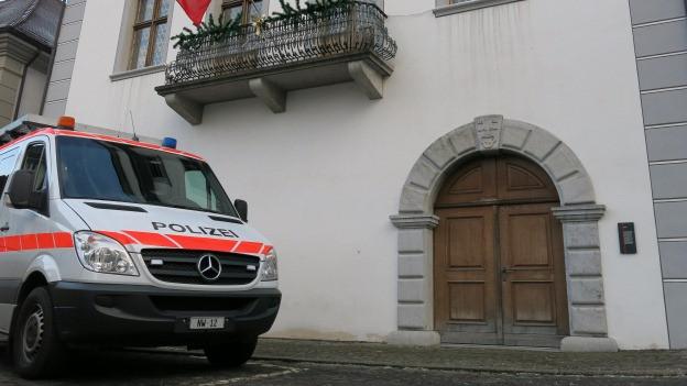 Polizeiauto vor Rathaus.