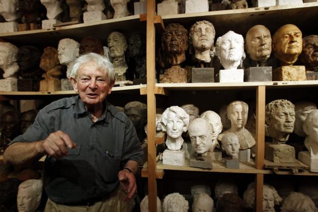 Der Künstler Rolf Brem in seinem Atelier mit Skulpturen im Hintergrund.