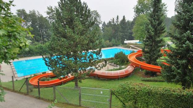 Ein Schwimmbecken mit Wasserrutsche.