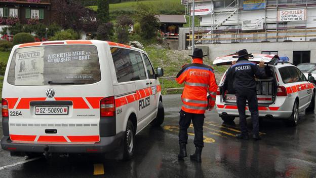 Schwyzer Polizisten und Polizeiautos.