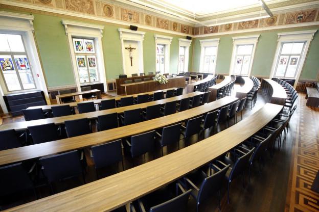 Leere Sessel im Zuger Kantonsratssaal.
