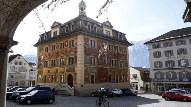 Im Rathaus von Schwyz entscheidet der Kantonsrat über die Steuererhöhungen.