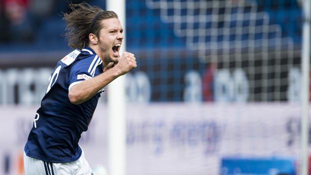 FCL-Spieler Adrian Winter schiesst das 1:0