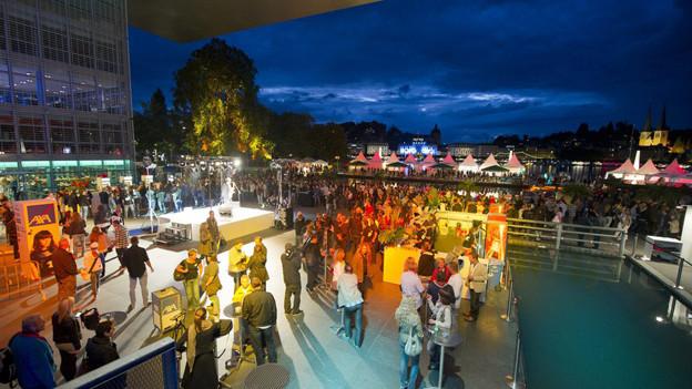 Der Europaplatz vor dem KKL in Luzern während des Blue Balls Festivals.