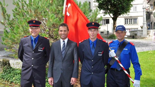 Damian Meier - der neue Chef der Schwyzer Kantonspolizei. (links im Bild)