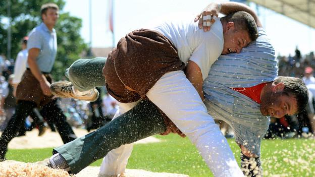 Reto Nötzli (links) gewinnt das Innerschweizer Schwing-und Älplerfest
