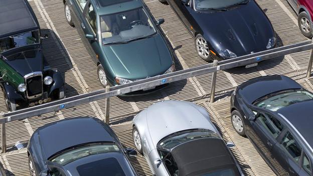 Autos auf Parkplätzen, aus der Luft betrachtet.