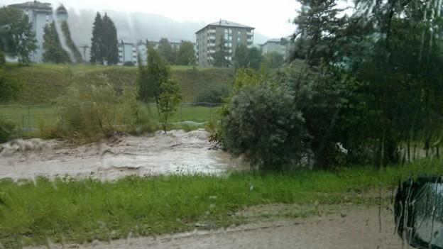 Ein brauner Bach, der nach heftigem Regen über die Ufer tritt.
