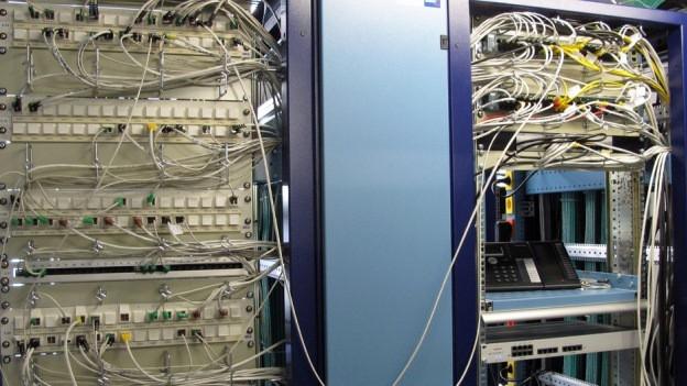 Kabel in einem Serverraum.