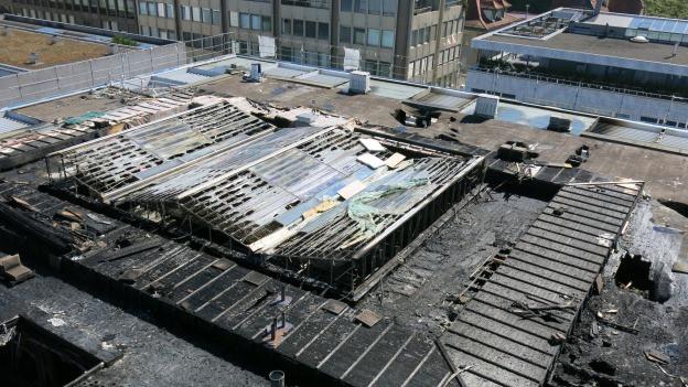 Blick auf das Dach einer Brandruine der Zuger Kantonalbank.