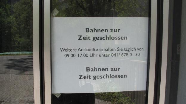 Schild an einem Eingang, das geschlossen anzeigt.