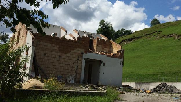 Zerstörtes Haus im Hangrutschgebiet Stalden.