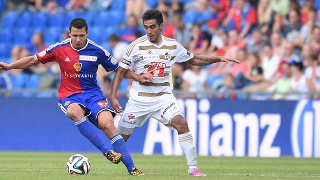 Dario Lezcano (rechts) hat gegen Marek Suchy das Nachsehen.