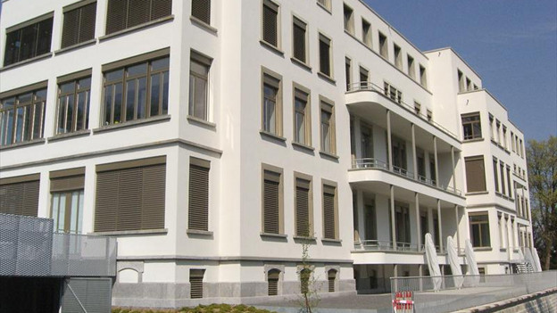 Die alte Frauenklinik in Luzern: Ein älteres weisses Gebäude.