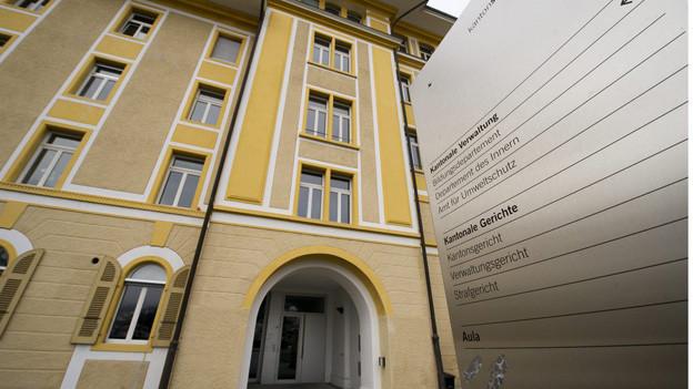 Verwaltungsangestellte klagen geggen den Kanton Schwyz.