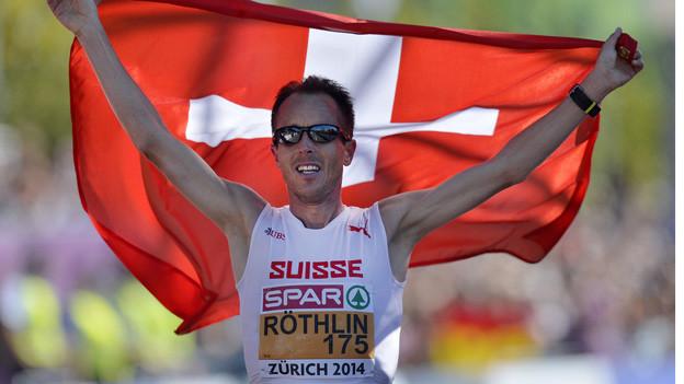 Viktor Röthlin feiert seine Team-Medaille.