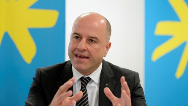 Der CEO der Luzerner Kantonalbank an einem Rednerpult.