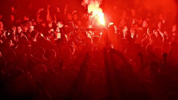Brennende Petarde während eines Fussballspiels (Symbolbild)