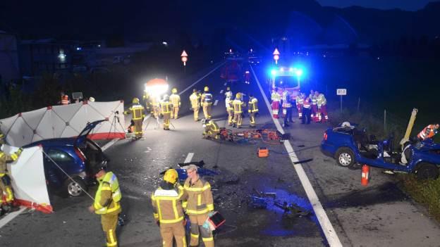 Nach dem tödlichen Unfall auf der A8 sind die Rettungskräfte im Einsatz.