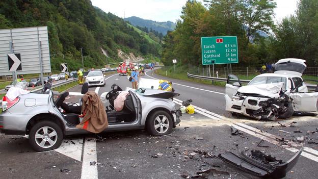Bei diesem Unfall auf der A8 wurden vier Personen verletzt.