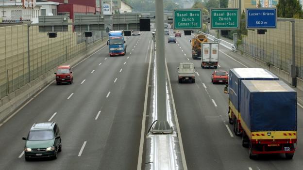 Blick auf die vielbefahrene A2 in Kriens.