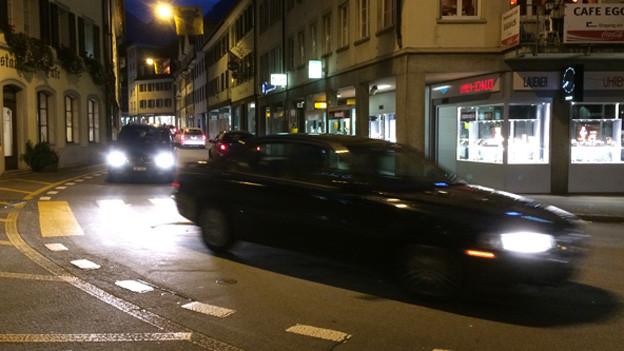 Autos, die durch das Dorfzentrum von Altdorf fahren.