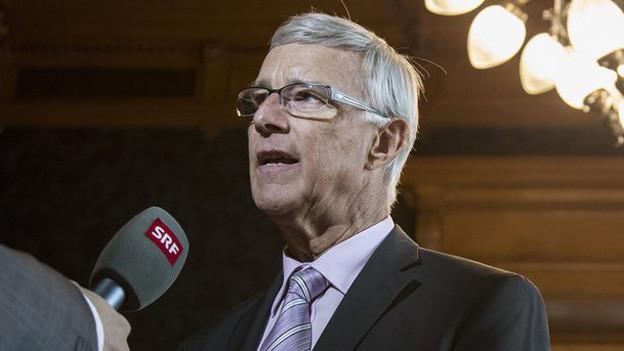 Der Nidwaldner CVP-Ständerat Paul Niederberger am Mikrophon von Radio SRF.