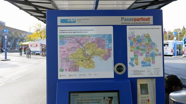 Ein blauer Billett-Automat beim Luzerner Bahnhof.