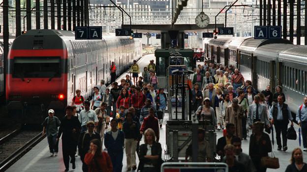 Eine Menschenmenge auf einem Perron am Luzerner Bahnhof.